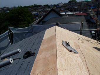 軒先から棟に向かって重ねながら防水紙を葺きます