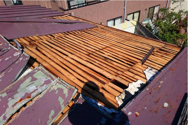 強風で捲れたトタン屋根