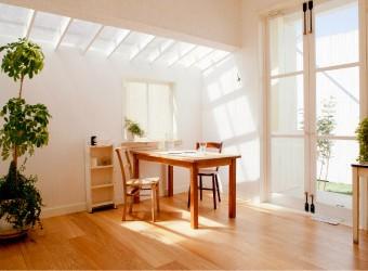 光が差し込み明るい室内