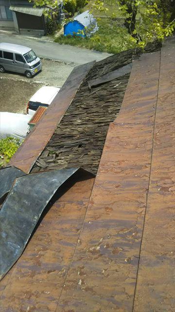 岡谷市で屋根から音がするとのご相談トタン屋根が強風で捲れていました