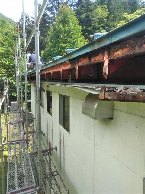 木曽郡王滝村ペンションすが漏れで破損した屋根の改修工事の様子
