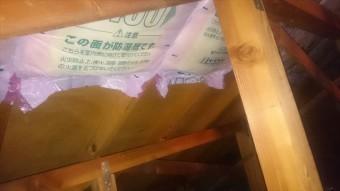 屋根裏へ断熱材
