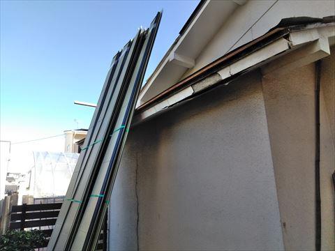 塩尻市の雨漏りからセメント瓦を撤去ガルバリウム鋼板へ葺き替え工事が完成