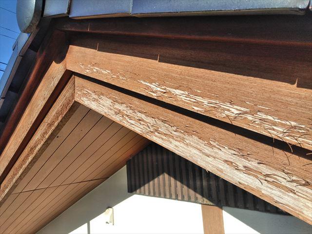 安曇野市明科で雨風で傷んだ破風板へ板金の取り付け工事をしました