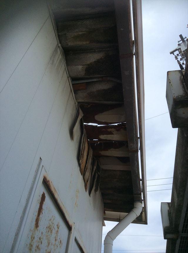 松本市梓川 ショッピングセンターのボイラー室の屋根が破損!!